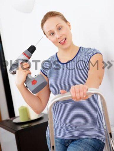 Mulher louca com furadeira e escada