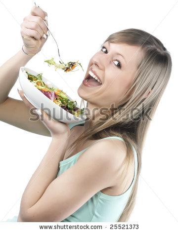 Retrato de mulher jovem feliz comendo salada